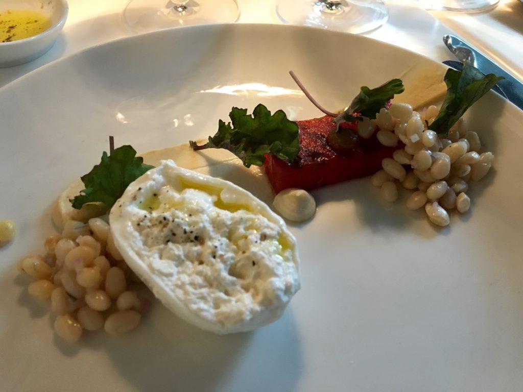 Burratta mit Bohnen, Minze und gegrillter Olive